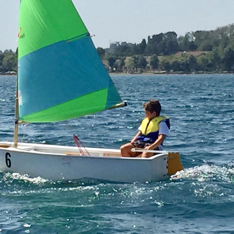 A scuola di vela al Club Nautico Capodimonte sul lago di Bolsena