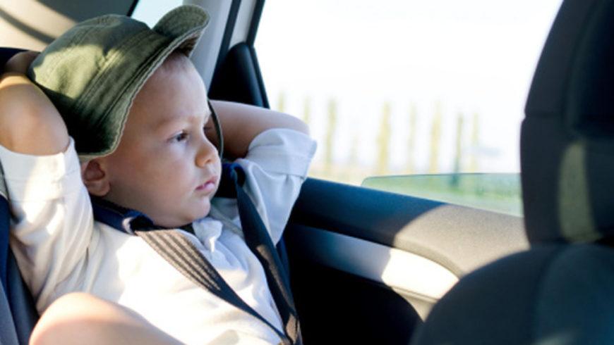 Bambini in auto, sospensione della patente e multe fino a 323 euro per chi non è in regola