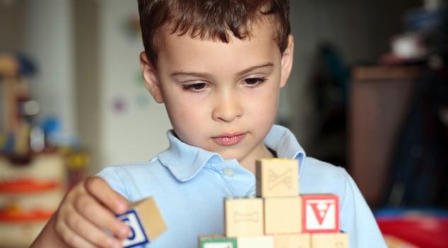 Bambini con autismo e scuola, 10 strategie per coinvolgerli in classe