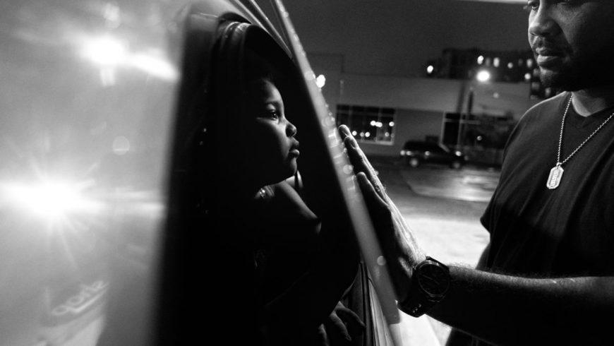 Sappiamo fare i Padri? Le foto di Zun Lee ci fanno riflettere sul ruolo di genitore, oggi.