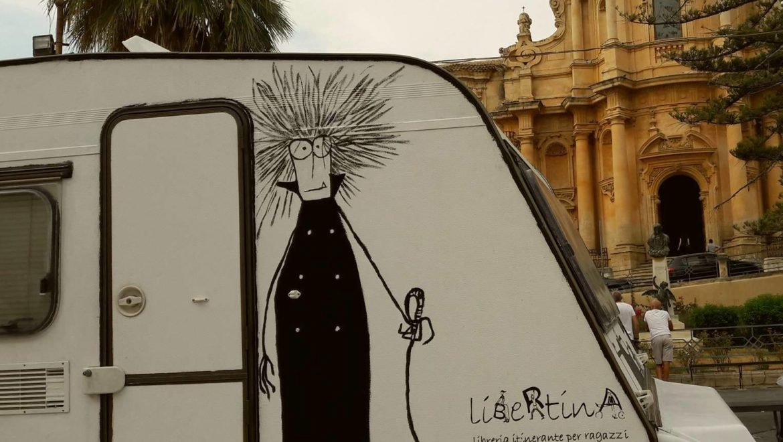LIBRERIA ITINERANTE PER LA SICILIA: quando una roulotte diventa scrigno di conoscenza.